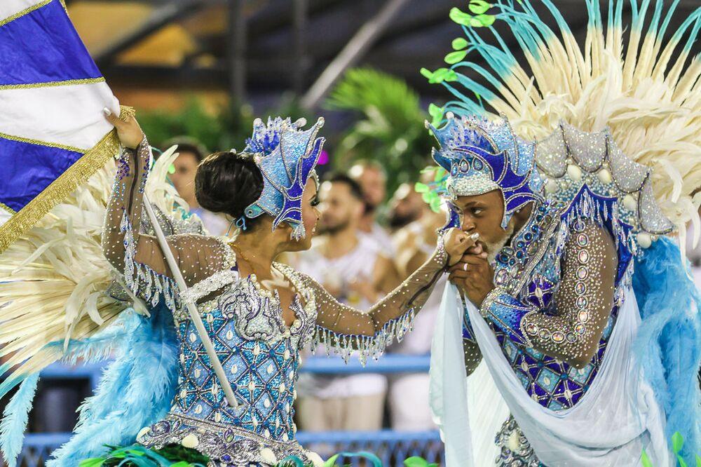 Mestre-sala e porta-bandeira da escola de samba Acadêmicos do Sossego no 2ª dia de desfiles da Série A no Rio de Janeiro