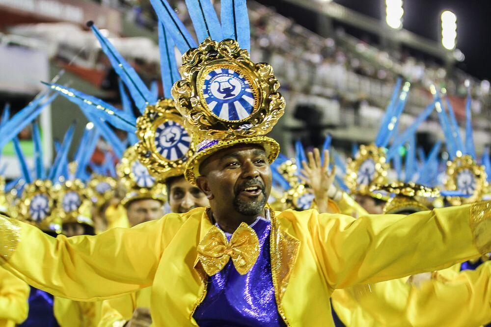Passista da escola de samba Acadêmicos do Sossego no 2ª dia de desfiles da Série A no Rio de Janeiro.