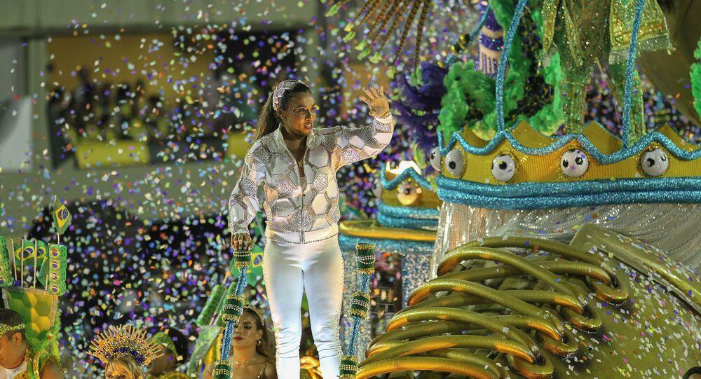 A jogadora de futebol Marta, homenageada no desfile da escola de samba Inocentes de Belford Roxo no 2ª dia de desfiles da Série A no Rio de Janeiro.