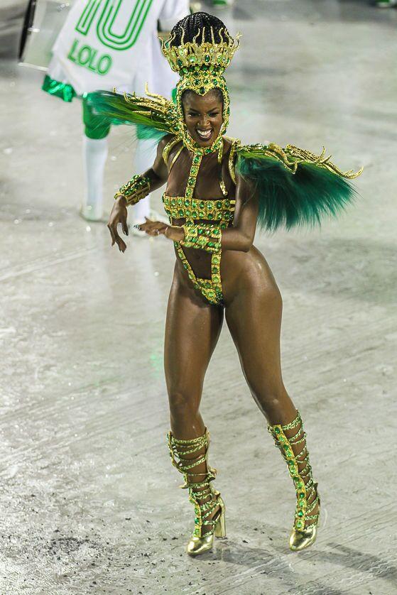 A cantora Iza, um dos destaques da Imperatriz Leopoldinense, durante desfile da 2ª noite de desfiles da Série A no Rio de Janeiro.
