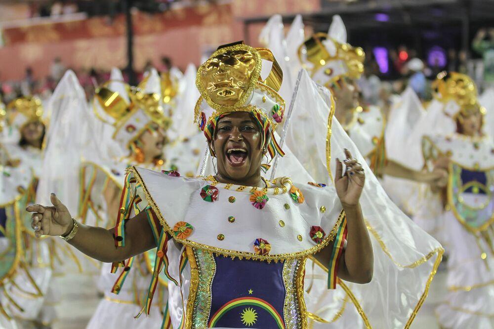 Passista da Império da Tijuca no 2ª dia de desfiles da Série A no Rio de Janeiro.