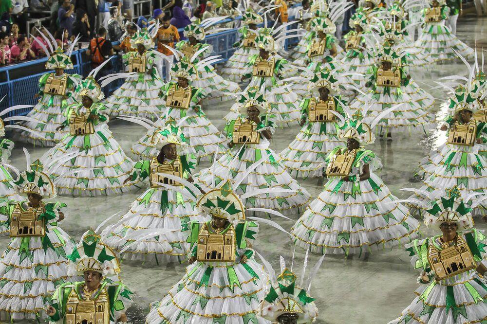 Ala das baianas da Acadêmicos de Santa Cruz no 2ª dia de desfiles da Série A no Rio de Janeiro.