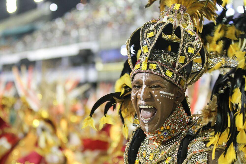 Membro da escola de samba Unidos de Bangu no 2ª dia de desfiles da Série A no Rio de Janeiro.