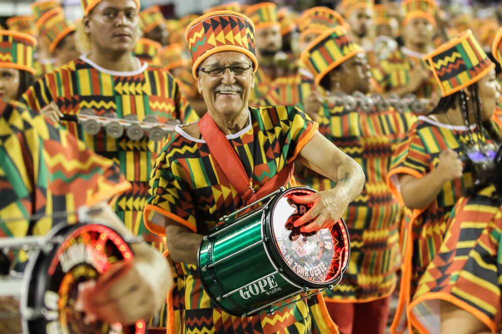Membro da bateria da Unidos de Bangu no 2ª dia de desfiles da Série A no Rio de Janeiro.