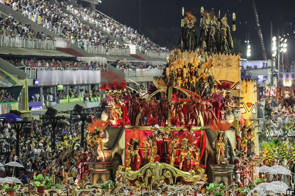 Carro alegórico da Unidos de Padre Miguel durante 2ª dia de desfiles da Série A no Rio de Janeiro.