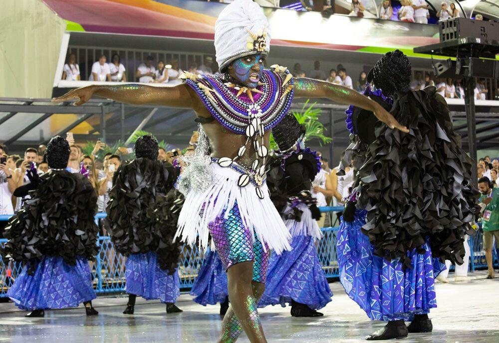 Membro da Acadêmicos do Sossego no 2ª dia de desfiles da Série A no Rio de Janeiro.