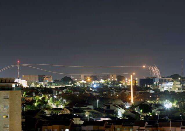 Sistema antimísseis Cúpula de Ferro (Iron Dome) dispara mísseis de interceptação enquanto foguetes são lançados de Gaza em direção a Israel, como é visto da cidade de Ashkelon, Israel, 23 de fevereiro de 2020