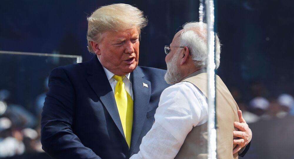 Presidente dos EUA, Donald Trump, cumprimenta o primeiro-ministro indiano, Narendra Modi, durante evento organizado no estádio Gujarat, em Ahmedabad, na Índia, em 24 de fevereiro de 2020
