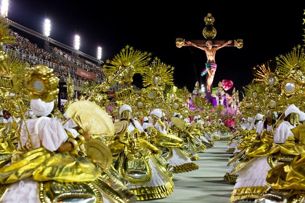 Ala das baianas com carro alegórico, ao fundo, representando um Jesus negro morto a tiros. A representação foi destaque do desfile de 2020 da Mangueira no Rio de Janeiro.