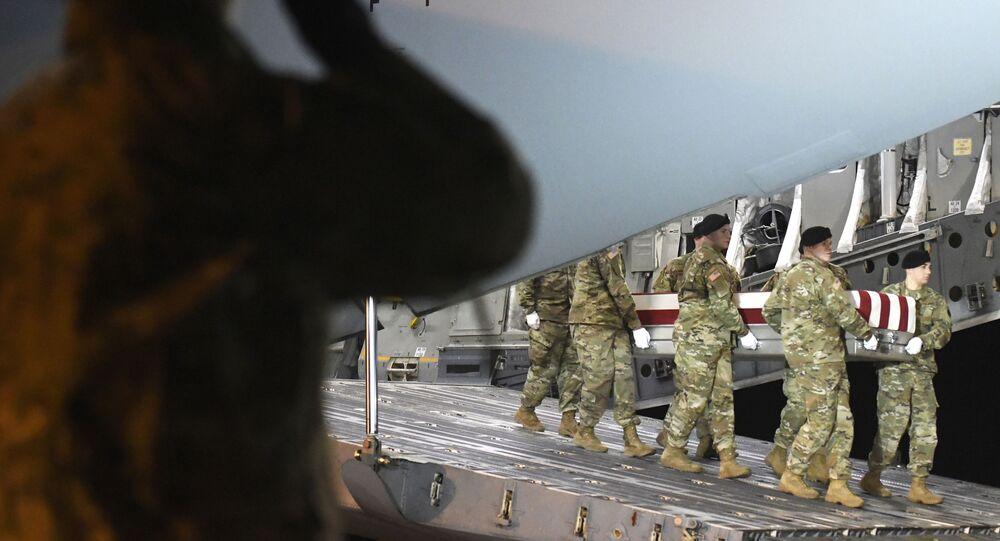 Cerimônia de transporte do caixão de um militar norte-americano morto no Afeganistão, em 14 de fevereiro de 2020