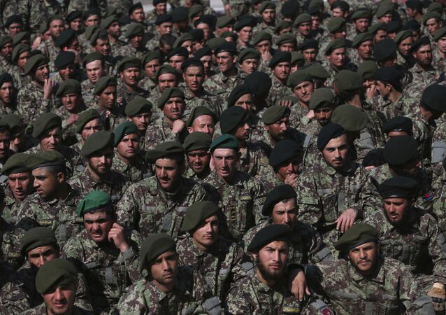 Soldados afegãos recém-formados em cerimônia de graduação na Academia Militar de Cabul, no Afeganistão, em 24 de fevereiro de 2020