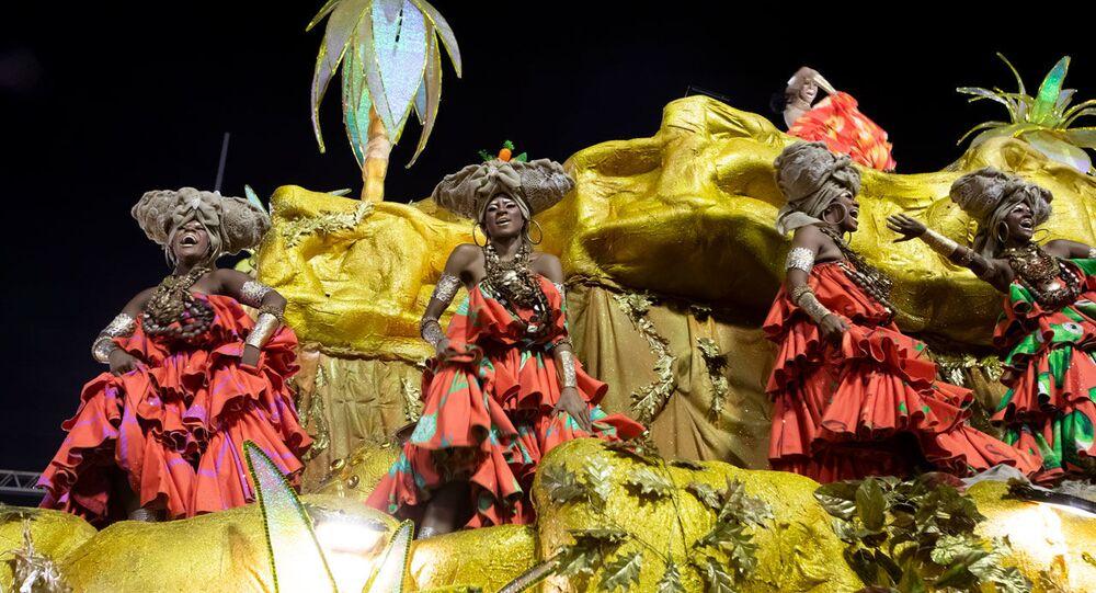 Carro alegórico da Viradouro durante desfile do Grupo Especial no carnaval de 2020.
