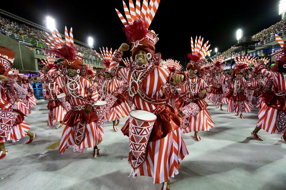 Ala da Viradouro durante desfile do Grupo Especial no carnaval de 2020.