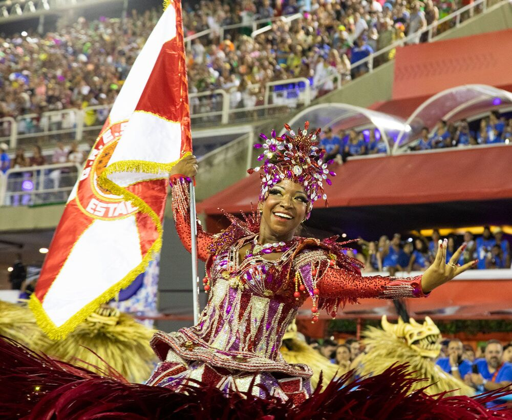 Porta-bandeira da Estácio durante desfile do Grupo Especial no carnaval de 2020.