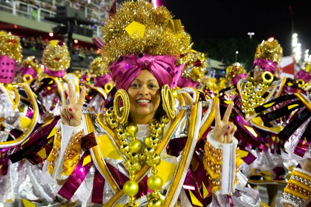 Passista da Estácio durante desfile do Grupo Especial no carnaval de 2020.