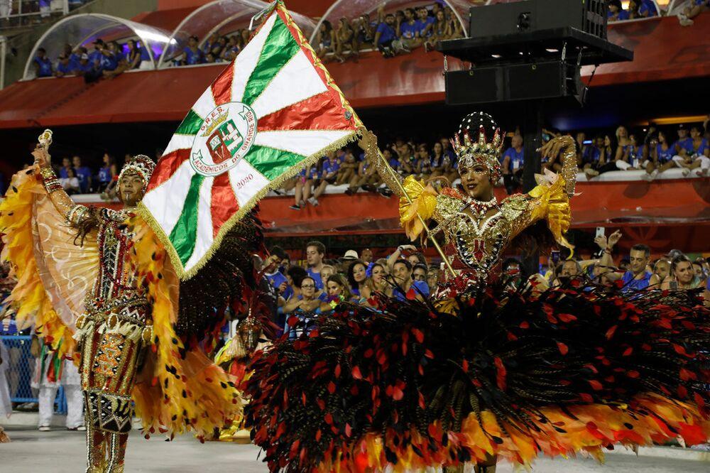 Mestre-sala e porta-bandeira da Grande Rio durante desfile do Grupo Especial no carnaval de 2020.
