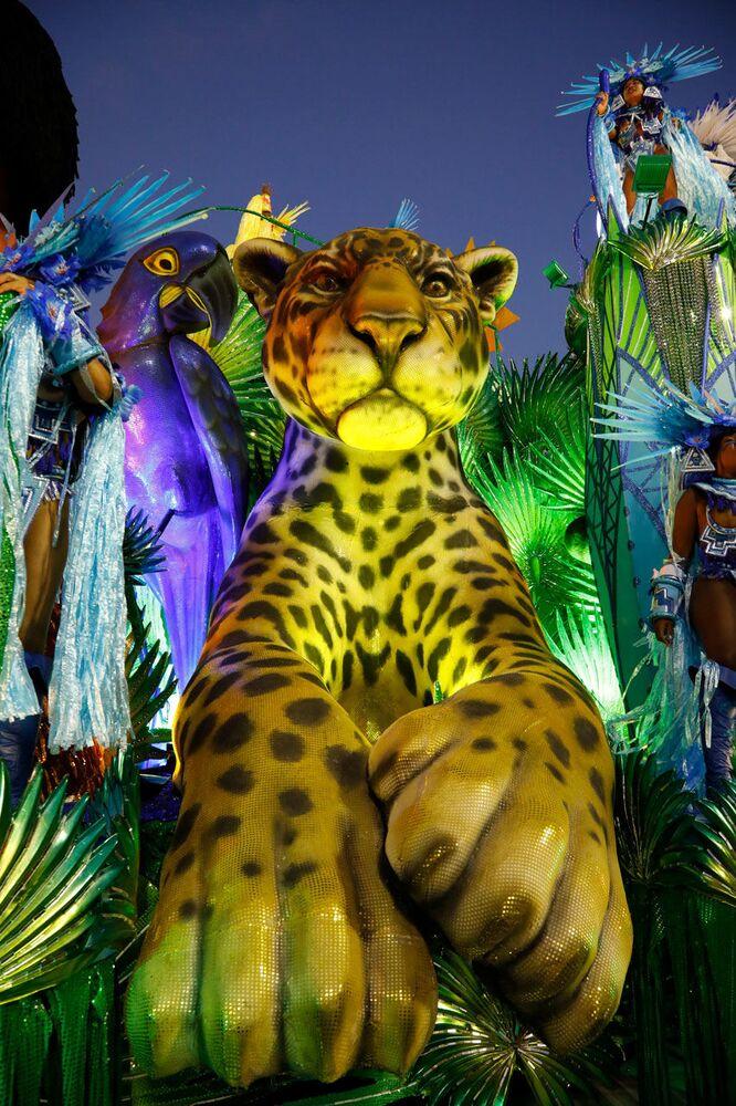 Carro alegórico da Portela durante desfile do Grupo Especial no carnaval de 2020.