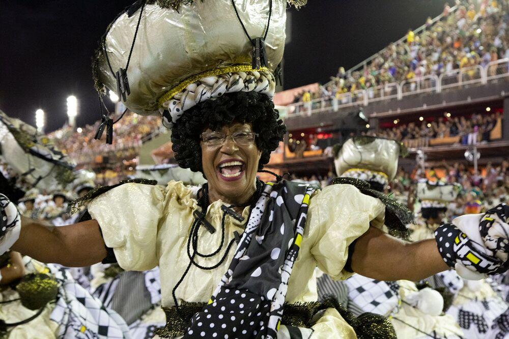 Passista da União da Ilha durante desfile do Grupo Especial no carnaval de 2020.