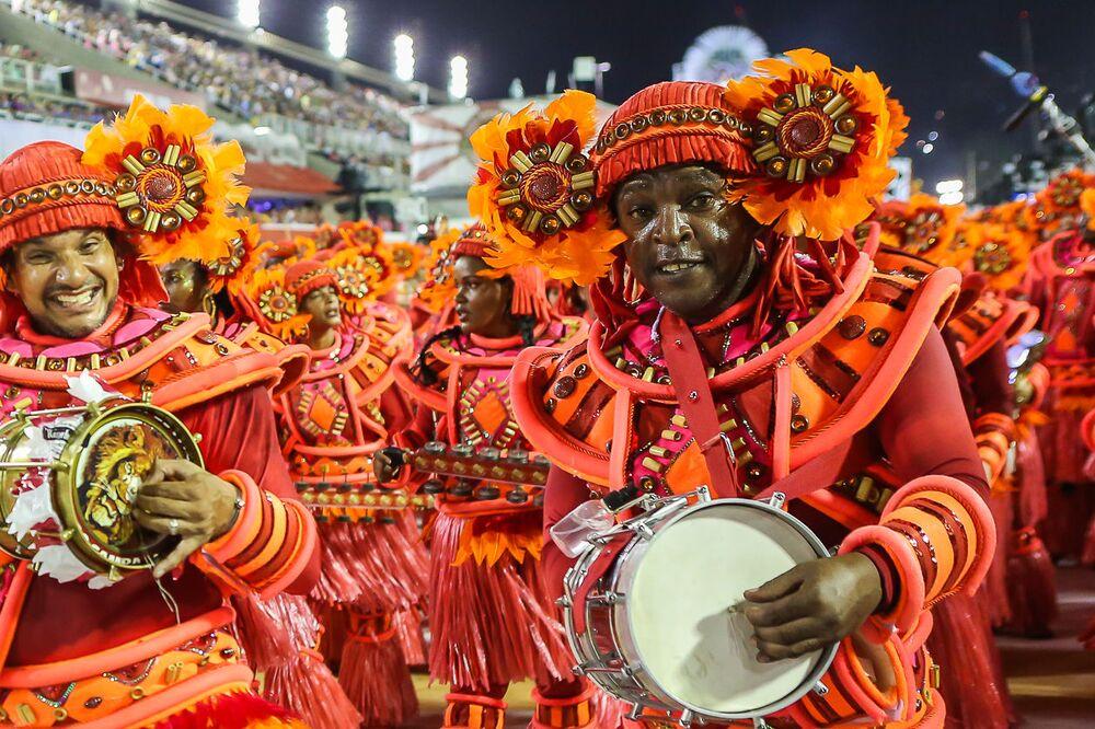 Membro da bateria da Estácio durante desfile do Grupo Especial no carnaval de 2020.