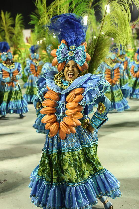Passista da Viradouro durante desfile do Grupo Especial no carnaval de 2020.