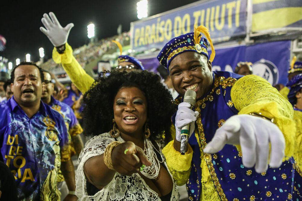 Intérpretes da Paraíso do Tuiuti durante desfile do Grupo Especial no carnaval de 2020.