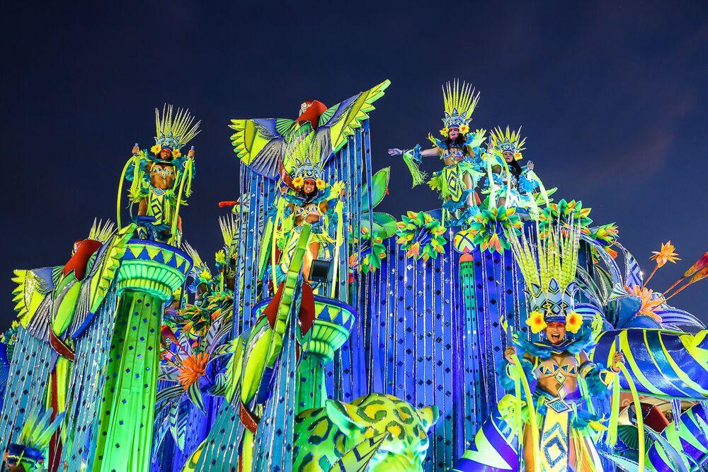 Destaques em Carro Alegórico da Portela durante desfile do Grupo Especial no carnaval de 2020.