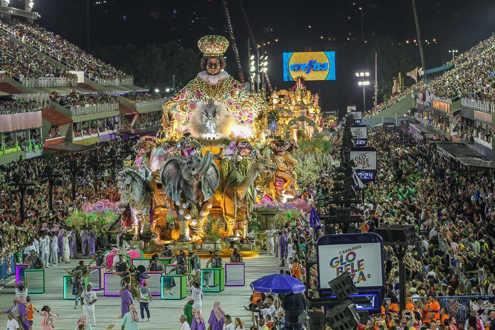Carro Alegórico da Mangueira durante desfile do Grupo Especial no carnaval de 2020.