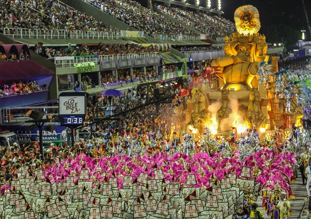 Carro Alegórico da Paraíso do Tuiuti durante desfile do Grupo Especial no carnaval de 2020.