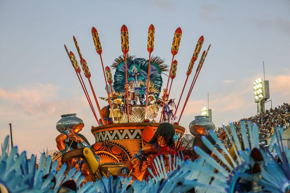 Destaque em Carro Alegórico da Portela durante desfile do Grupo Especial no carnaval de 2020.