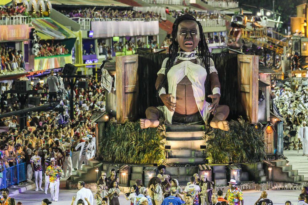 Carro Alegórico da União da Ilha durante desfile do Grupo Especial no carnaval de 2020.