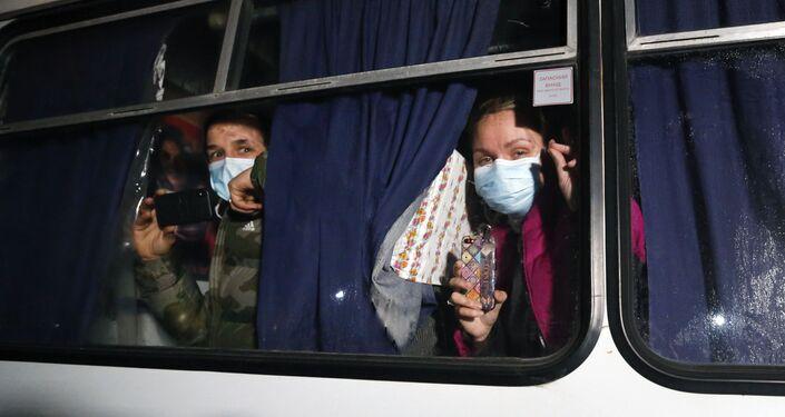 Passageiros evacuados da cidade de Wuhan pelo governo da Ucrânia durante protestos violentos na cidade de Novi Sanzhany, na Ucrania, em 20 de fevereiro de 2020
