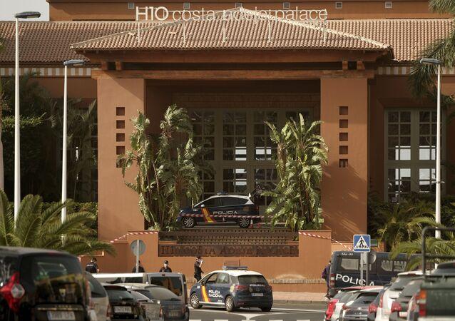 Policiais espanhóis em frente ao hotel H10 Costa Adeje Palace em Tenerife, Canárias, Espanha, 25 de fevereiro de 2020