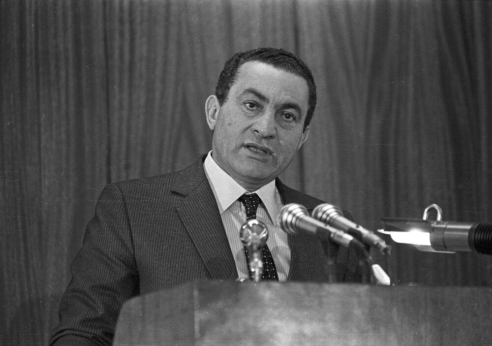 Presidente do Egito, Hosni Mubarak, profere discurso na Academia de Polícia, no Cairo, em 1985