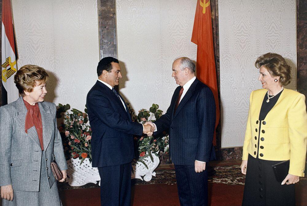 Presidente da União Soviética, Mikhail Gorbachev, e sua esposa, Raisa, recebem o presidente do Egito, Hosni Mubarak, e sua esposa, Suzanne, em visita oficial a Moscou