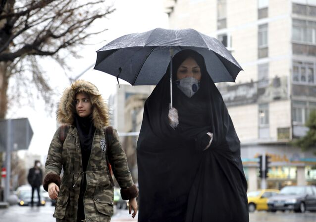 Mulheres caminhando com máscaras em Teerã para se proteger do coronavírus