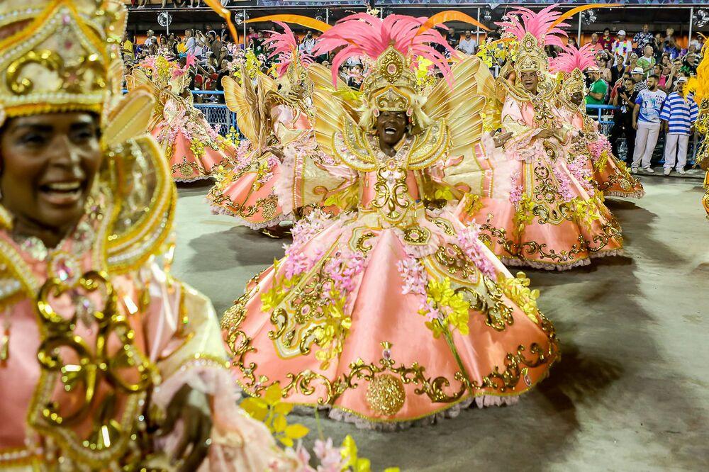 Ala das baianas da Beija-Flor desfila no Sambódromo
