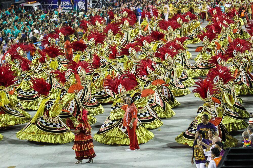 Ala das baianas do Salgueiro desfila na Sapucaí