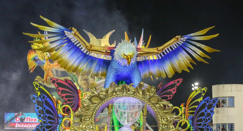 Desfile da escola de samba Águia de Ouro, do Grupo Especial do Carnaval de São Paulo, no Sambódromo do Anhembi, na noite deste domingo (23).