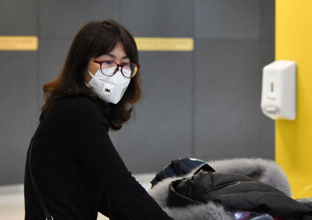 Passageiros do voo da Companhia Aérea Air China, vindo de Beijing e escala em Madri, desembarcam no Aeroporto Internacional de Guarulhos usando máscaras, com medo da COVID-19 e por recomendação da ANVISA.