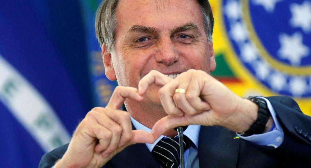 Presidente do Brasil, Jair Bolsonaro, faz coraçãozinho durante o lançamento da nova linha de crédito imobiliário com taxa fixa da Caixa Econômica Federal, no Palácio do Planalto, Brasília, 20 de fevereiro de 2020