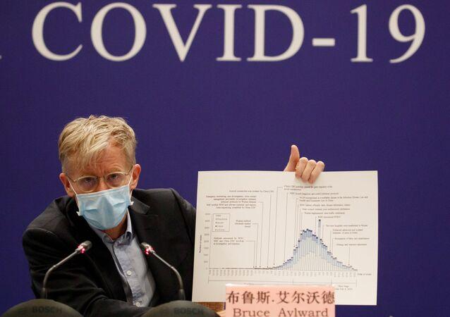 Funcionário da Organização Mundial da Saúde (OMS), Bruce Aylward, durante conferência sobre a COVID-19, em 24 de fevereiro de 2020