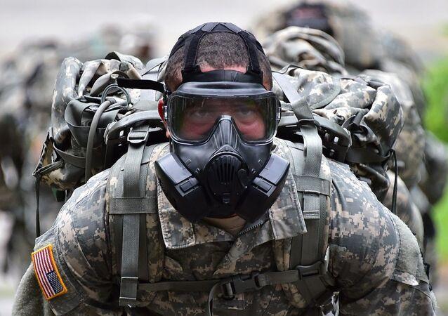 Soldado americano com uma máscara de gás (foto de arquivo)