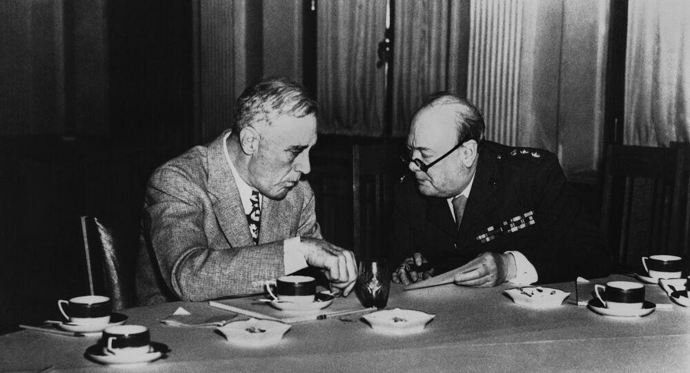 Presidente, Franklin D. Roosevelt, à esquerda com o Primeiro-Ministro, Winston Churchill