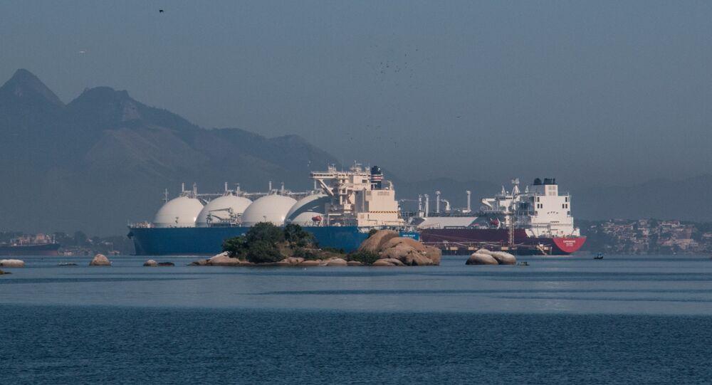 Navios para transporte de GNL (Gás Natural Liquefeito), na Baía de Guanabara. Rio de Janeiro