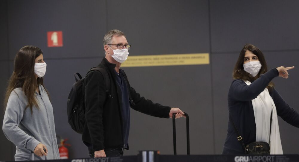 Passageiros usando máscaras em aeroporto de São Paulo (foto de arquivo)