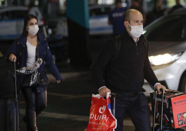 Passageiros com máscaras em aeroporto de São Paulo (foto de arquivo)