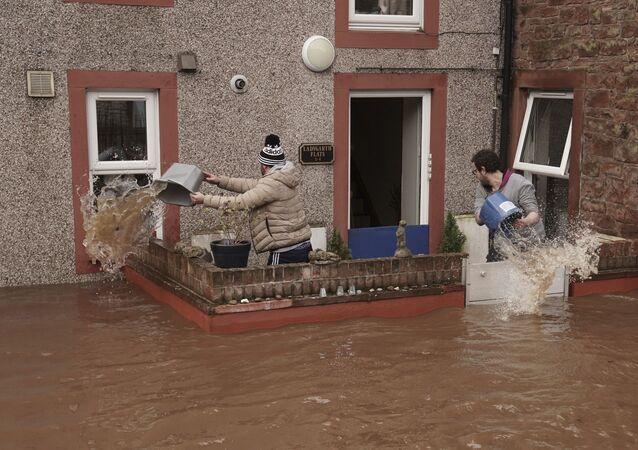 Homens tentam controlar o fluxo de água da enchente em uma propriedade de Appleby-in-Westmorland após a tempestade Ciara atingir o Reino Unido, em Cumbria, Inglaterra, em 9 de fevereiro de 2020