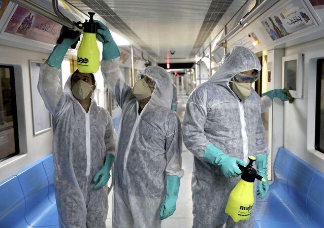 Como medida de prevenção contra o coronavírus, funcionários desinfetam metrô da capital do Irã