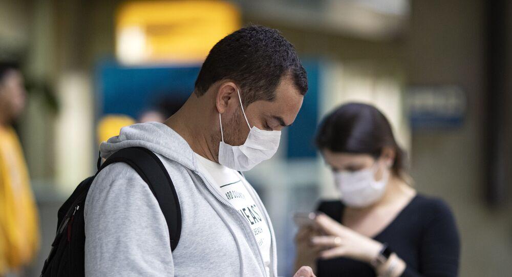 Pessoas usam máscaras para se proteger da propagação do coronavírus