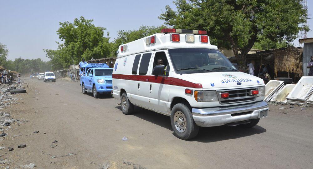 Uma ambulância acompanhada de carros de polícia em uma região da Nigéria (arquivo)